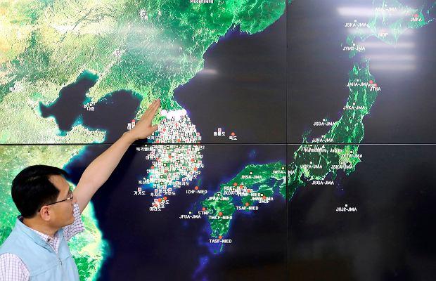 Kim Dzong Un zapowiada denuklearyzację. Naukowcy wskazują, że mogła się do tego przyczynić katastrofa na nuklearnym poligonie. Na zdjęciu: dyrektor instytutu monitorującego trzęsienia ziemi wskazuje zagrożony rejon