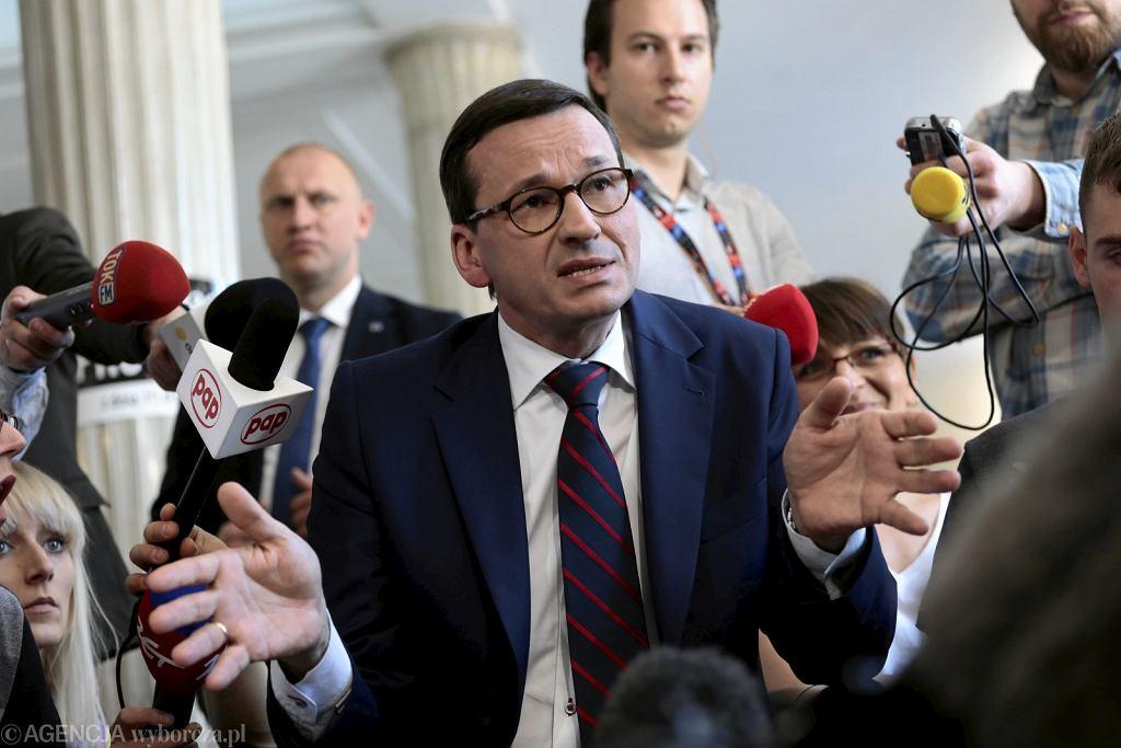 Premier Mateusz Morawiecki podczas spotkania z protestującymi osobami niepełnosprawnymi (fot. Dawid Żuchowicz/AG)