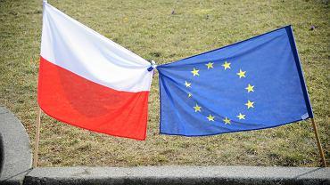 Flagi Polski i Unii Europejskiej.