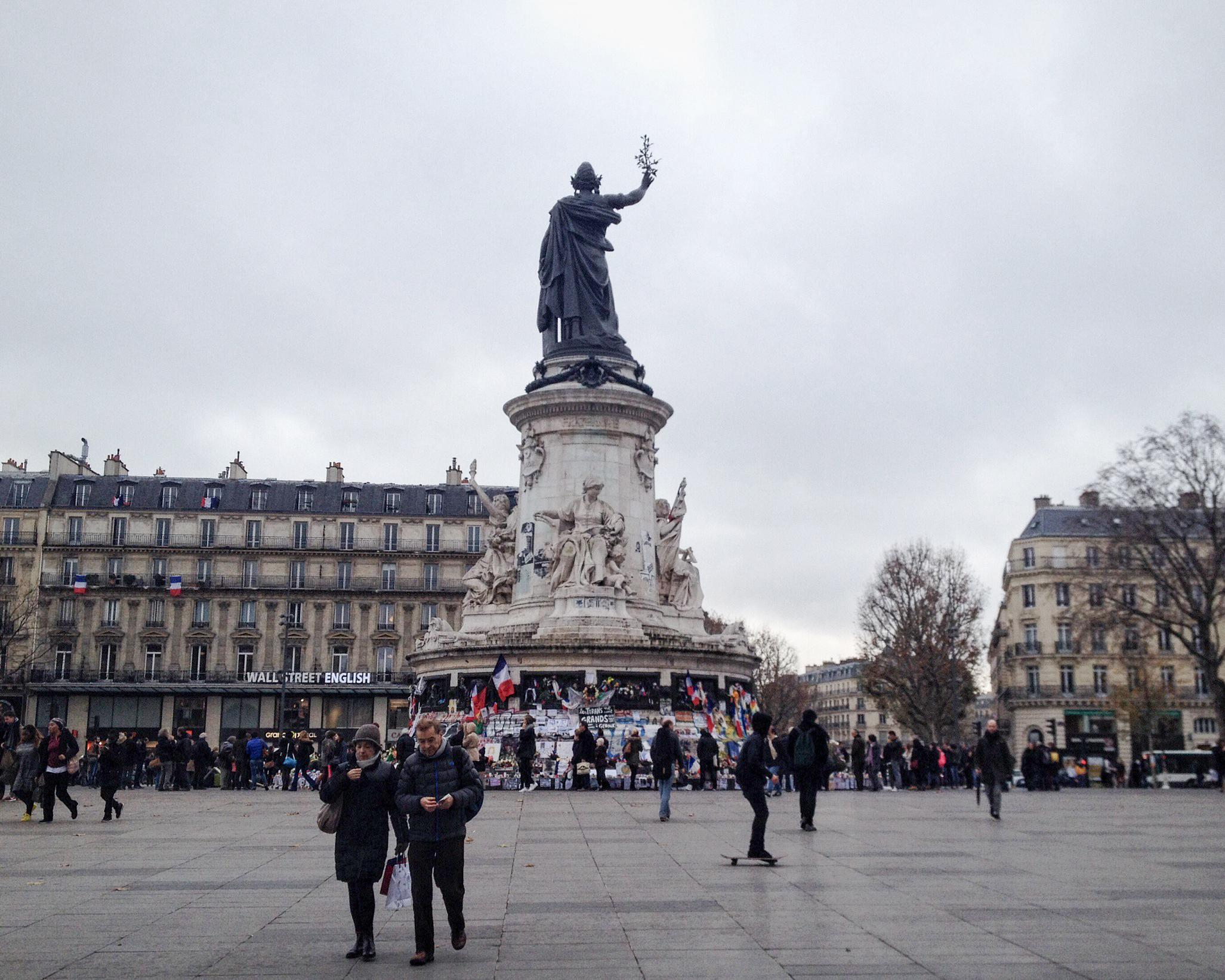 Plac Republiki. Mieszkańcy Paryża zaczęli gromadzić się pod pomnikiem w dzień po zamachach (fot. Ana Brzezińska)