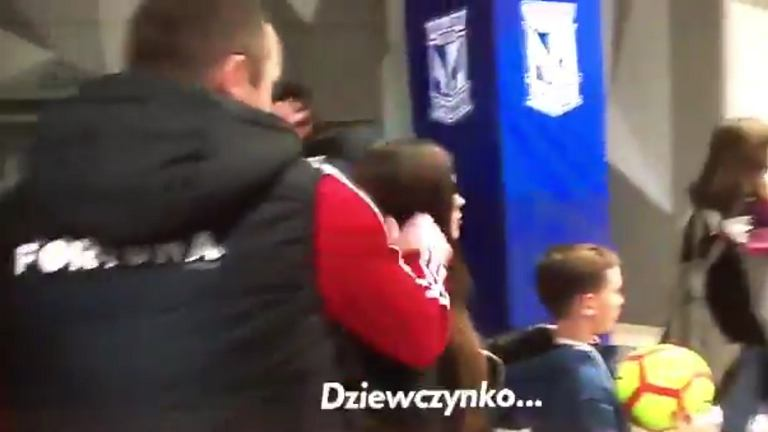Aleksandar Vuković łapie za ucho dziewczynę na korytarzu stadionu Lecha Poznań