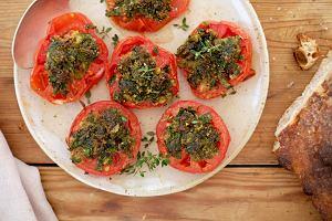 Jedzenie na czasie. Pomidory pod ziołową kruszonką