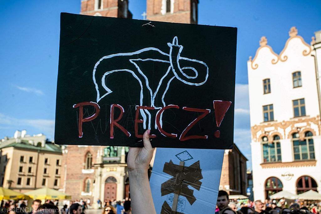 Protest przeciwko zaostrzeniu ustawy antyaborcyjnej. Na plakacie macica