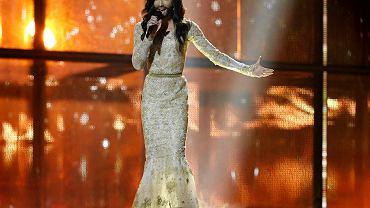"""Conchita Wurst, kontrowersyjna reprezentantka Austrii na Eurowizji, wykonuje utwór """"Rise Like a Phoenix"""""""