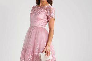 Sukienka w kolorze pudrowego różu: pasuje blondynkom i brunetkom