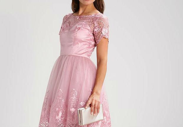 0ef6343891468 Sukienka w kolorze pudrowego różu: pasuje blondynkom i brunetkom