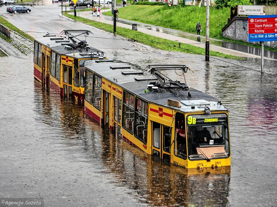 11 maja, Łódź. Tramwaj utknął w jeziorze, w jakie po ulewie zamienił się wiadukt na ul. Legionów. Pojazd poszedł na złom