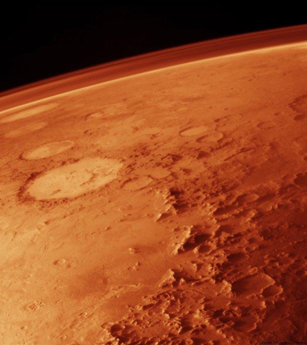 Na zdjęciu Mars z pokładu Viking Orbitera. Widać cienką warstwę marsjańskiej atmosfery.
