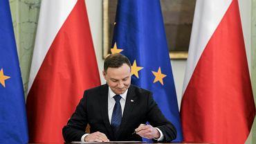 Prezydent RP Andrzej Duda podpisuje. Warszawa, Pałac Prezydencki, 12 stycznia 2017