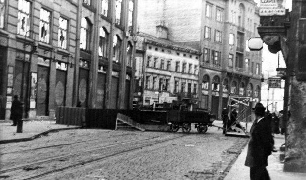 W czwartek 16 kwietnia 1936 r. przez Lwów przeszedł kondukt z trumną Władysława Kozaka, bezrobotnego zastrzelonego przez policjanta w trakcie demonstracji dwa dni wcześniej. Pogrzeb zamienił się w krwawe zamieszki, a policja strzelała do tłumu (według niektórych relacji także z karabinu maszynowego). Demonstranci budowali barykady na ulicach i wyrywali bruk.