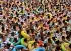 10 tys. osób i jeden basen. Jeżeli będziesz miał szczęście, może znajdziesz dla siebie kawałek wody