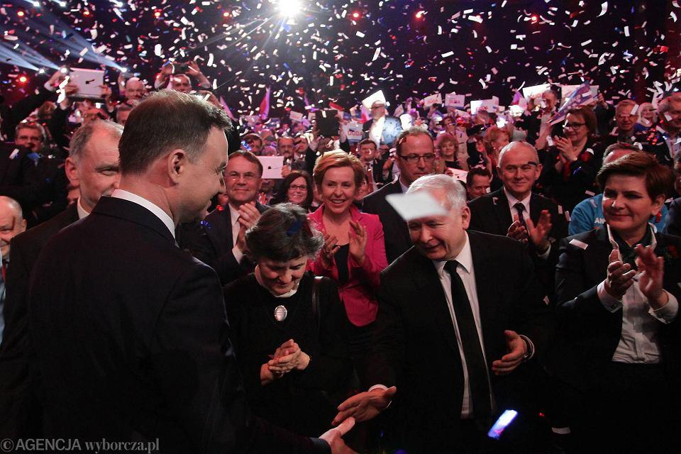 Andrzej Duda wita się z Jarosławem Kaczyńskim podczas sobotniej konwencji. Prezes PiS nie przemawiał ze sceny, siedział wśród publiczności