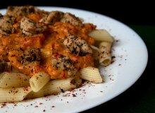 Penne z sosem pomidorowym i marmurkowym kurczakiem - ugotuj