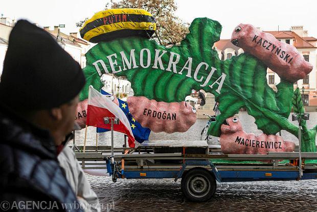 """Demokracja """"pożerana"""" przez Kaczyńskiego i Ziobrę. Sześciometrowa instalacja jeździ po Dolnym Śląsku"""