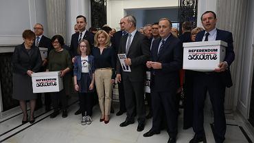 Niemal milion podpisów z wnioskiem o referendum ws. reformy edukacji