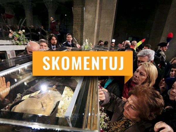 """Tłumy przyszły popatrzeć na mumie w Watykanie. """"Spektakl"""" czy """"pobożność""""? [SKOMENTUJ]"""