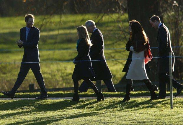 Książę Karol, książę Harry, księżniczka Eugenia, księżniczka Beatrice, księżna Kate, książę William