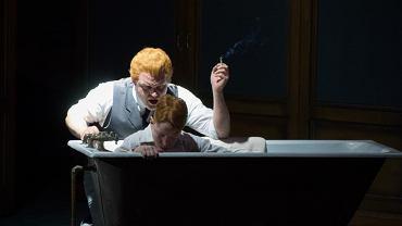 """Inscenizacji """"Obrotu śruby"""" z festiwalu Opera Holland Park w Londynie z 2014 r. W roli Quinta - Brenden Gunell, jako Miles - Dominic Lynch, który zaśpiewa w Warszawie"""