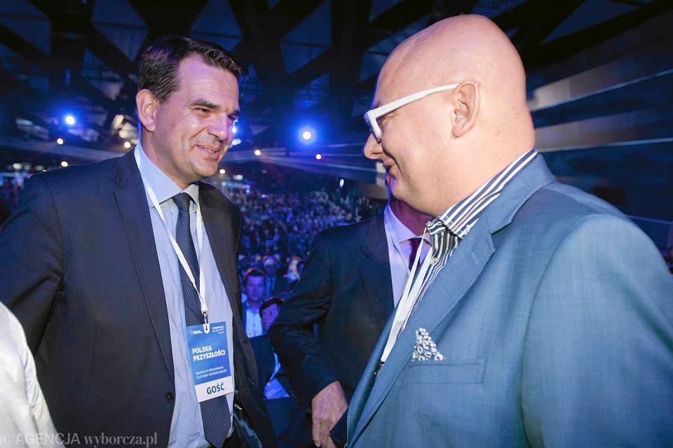 Jacek Tomczak w barwach PO, podczas konwencji programowej w Poznaniu, 12 września 2015. Po prawej równie 'wielopartyjny' Michał 'Miś' Kamiński