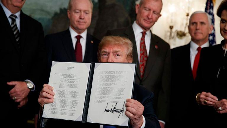 Prezydent USA Donald Trump w Białym Domu po podpisaniu dokumentu nakładającego karne cła na import towarów z Chin. Waszyngton, 22 marca 2018 r.
