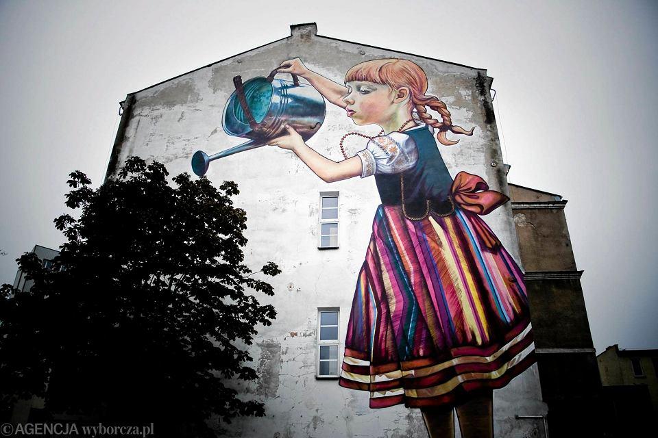 Walka o dziewczynk 39 dziewczynk z konewk 39 for Mural dziewczynka z konewka