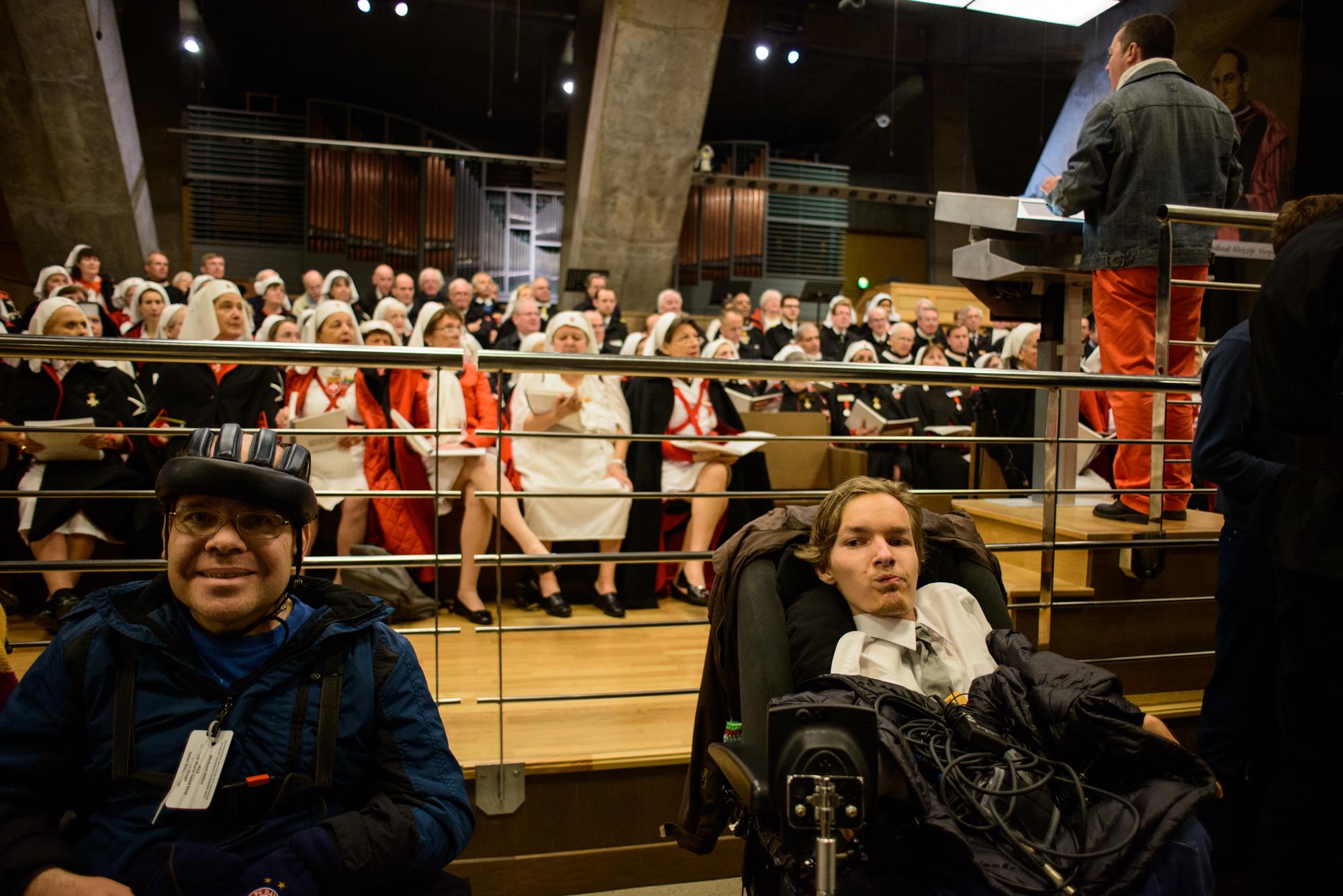 Kamil Cierniak czeka na mszę z innymi chorymi (fot. Piotr Idem)