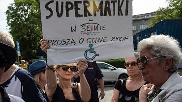 Warszawa, ul. Wiejska. Piknik poparcia dla protestu rodziców osób niepełnosprawnych pod Sejmem 1 maja 2018 r.