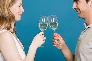 Ma��e�stwo i alkohol: jak stan cywilny wp�ywa na to, ile pijemy?