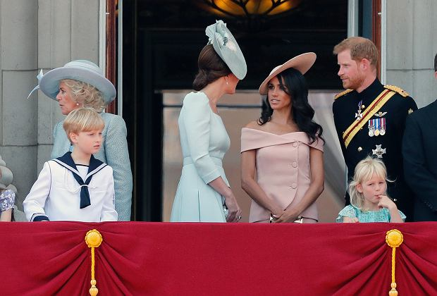 Zdjęcie numer 4 w galerii - Meghan Markle stała za księżną Kate na urodzinach królowej. Nie bez powodu zajęła miejsce w drugim rzędzie