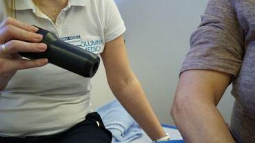 Zabieg krioterapii wygląda niepozornie, ale wielu pacjentów przyznaje, że po kilku wyraźnie poprawiła się ich jakość życia
