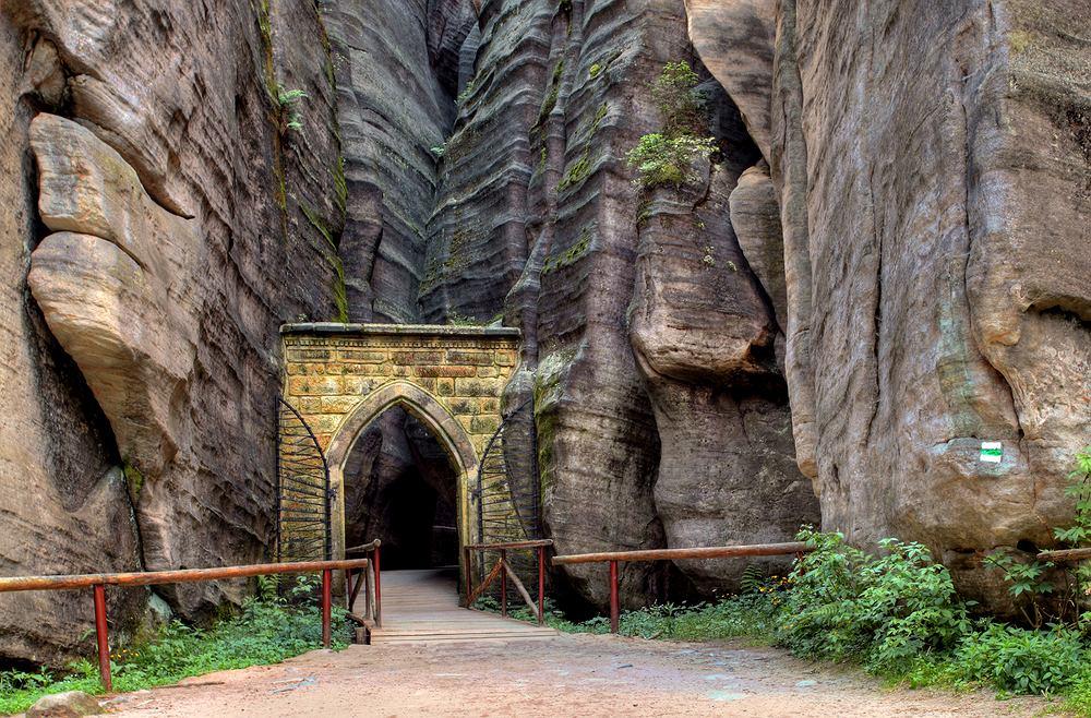 Adrspach, Czechy. Adrspach to jedno z najpiękniejszych skalnych miast Europy. Malownicze szlaki biegną wśród potoków, wodospadów i przede wszystkim skał o niezwykle fantazyjnych kształtach i ciekawych nazwach - np. Głowa Cukru, Fotel Karkonosza i inne. Skały wyłaniają się z lasu, który tworzy naturalną scenografię. Wędruje się tu także przez ogromny kanion wydrążony przez rzekę Metuję.