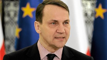 Sikorski 'przeprasza' za order dla w�a�ciciela sklep�w Biedronka. Schetyna: Praca dla 58 tys. ludzi