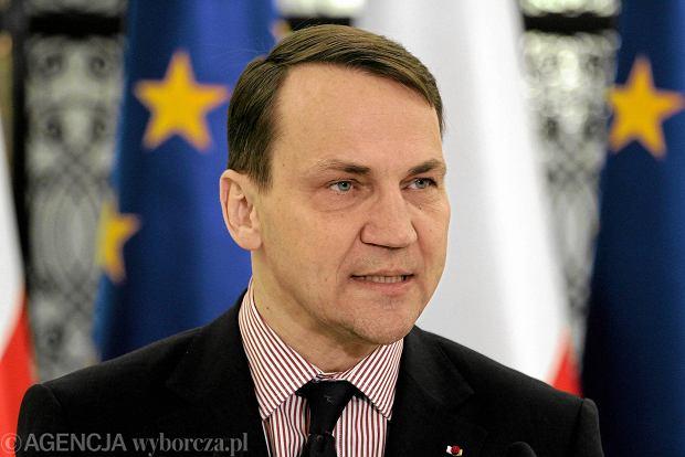 """Sikorski """"przeprasza"""" za uhonorowanie w�a�ciciela sklep�w Biedronka. Schetyna: To praca dla ponad 58 tys. ludzi"""