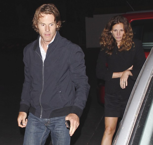 Rareouting of Julia Roberts without makeup with husband Danny Moder at Guido's in Malibu June 23, 2012 X17online.com EXCLUSIVE *** Local Caption ***  Julia Roberts
