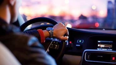 Kontrola wzroku kierowcy, pozwalająca także rozpoznać objawy kurzej ślepoty, to kwestia bezpieczeństwa na drogach
