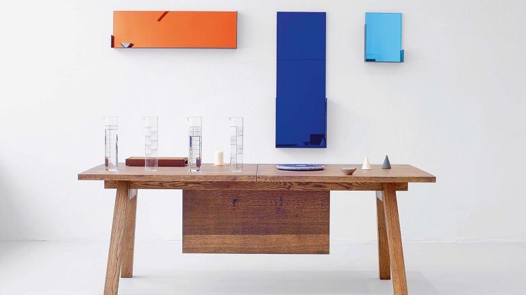 Stół Piano Hinge Table z litego drewna o surowej strukturze, proj. Tomek Rygalik; lustra ścienne Mood Mirror o różnych proporcjach ikolorach tafli, proj. Dorothee Mainka