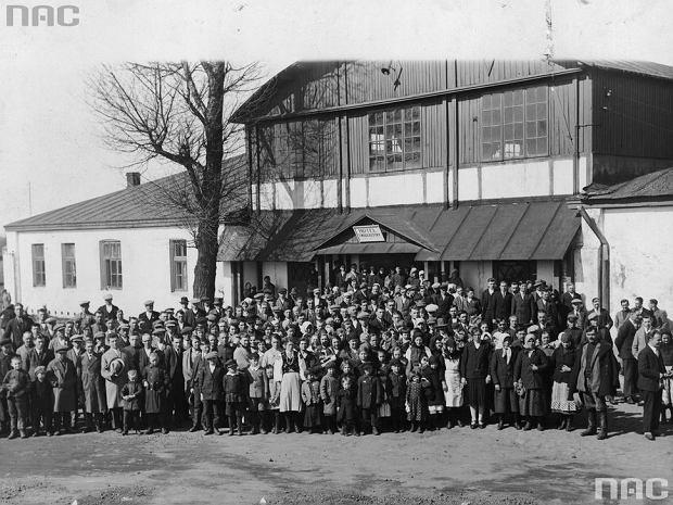 Emigranci przed wyjazdem na kolonię Towarzystwa Kolonizacyjnego w Espirito Santo w Brazylii.