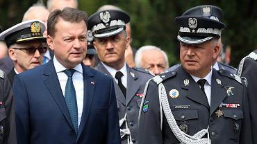 Minister obrony narodowej Mariusz Błaszczak i gen. Mirosław Jemielniak podczas uroczystości odsłonięcia Pomnika 'Chwała Lotnikom Polskim'