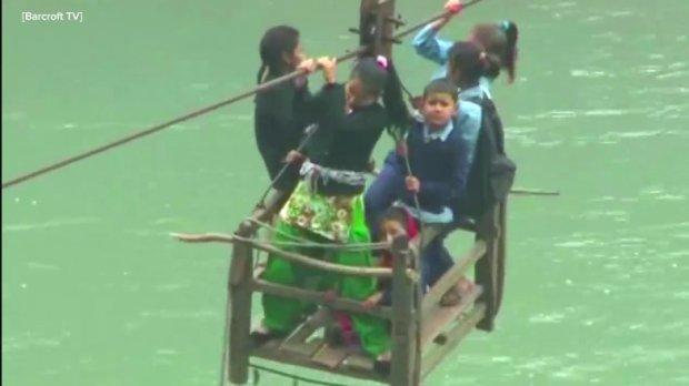 Dzieci z wioski Dhaing podczas przeprawy przez rzek�