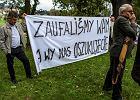 """Wybory 2018. Politycy PiS odsłaniali pomnik, byli pracownicy PKS Krosno protestowali. """"Zaufaliśmy wam, a wy nas oszukaliście"""""""
