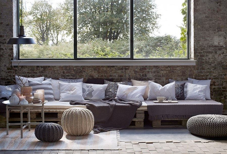 Styl eko uwielbia poduszki i miękkie pufy