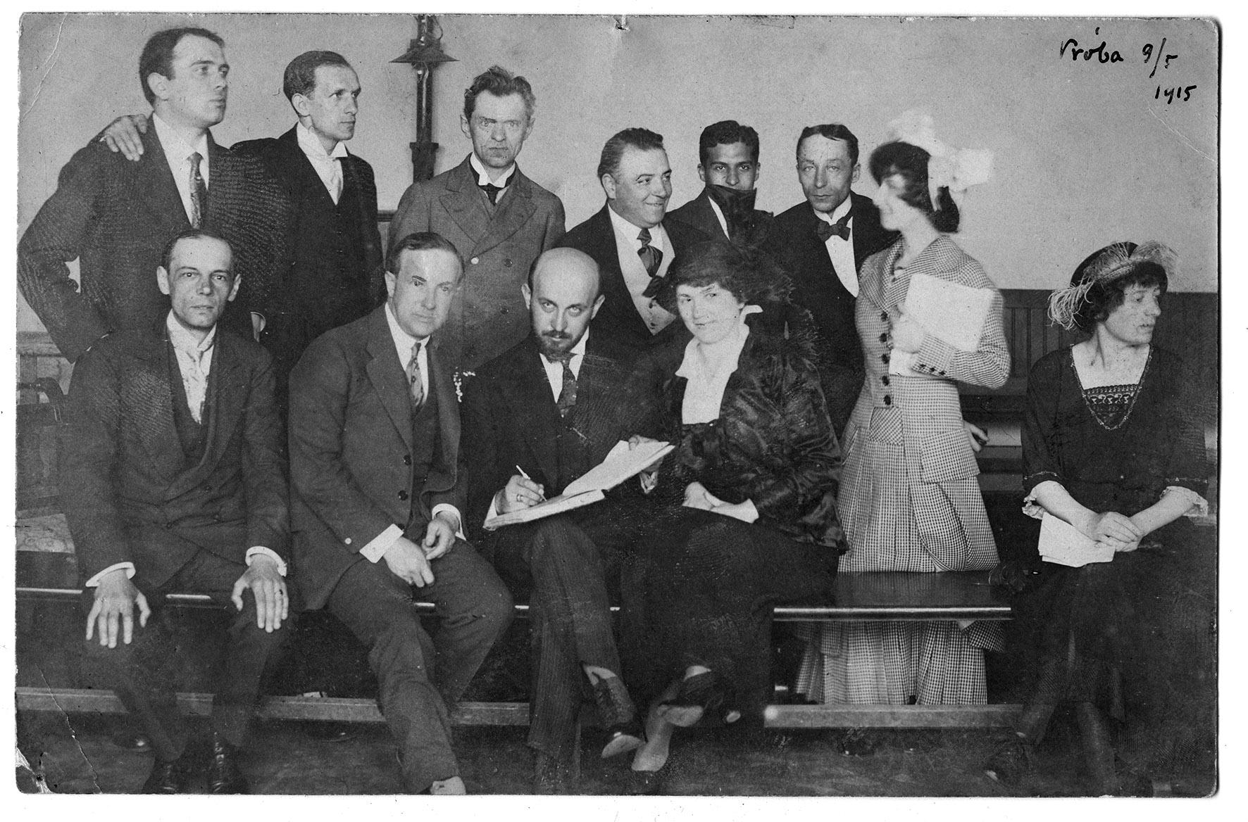 Z teatrem lwowskim w 1915 r. Makuszyński siedzi (trzeci od lewej) w dolnym rzędzie (fotografie pochodzą ze zbiorów Muzeum Tatrzańskiego im. dra Tytusa Chałubińskiego w Zakopanem) Muzeum Tatrzańskie im. Dra Tytusa Chałubińskiego w Zakopanem