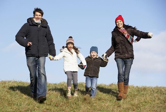 Codzienne spacery, nawet w pochmurne czy chłodniejsze dni, to jeden z najlepszych sposobów wzmacniania odporności, już od najmłodszych lat.