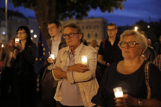 Zdjęcie numer 1 w galerii - Tłumy przed Sądem Okręgowym w Łodzi. Protest przeciwko zmianom PiS w sądownictwie [ZDJĘCIA]
