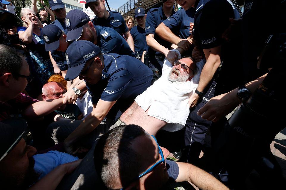 Policja pacyfikuje Obywateli RP manifestujących pod siedzibą PiS na ul. Nowogrodzkiej. Warszawa, 24 lipca 2017