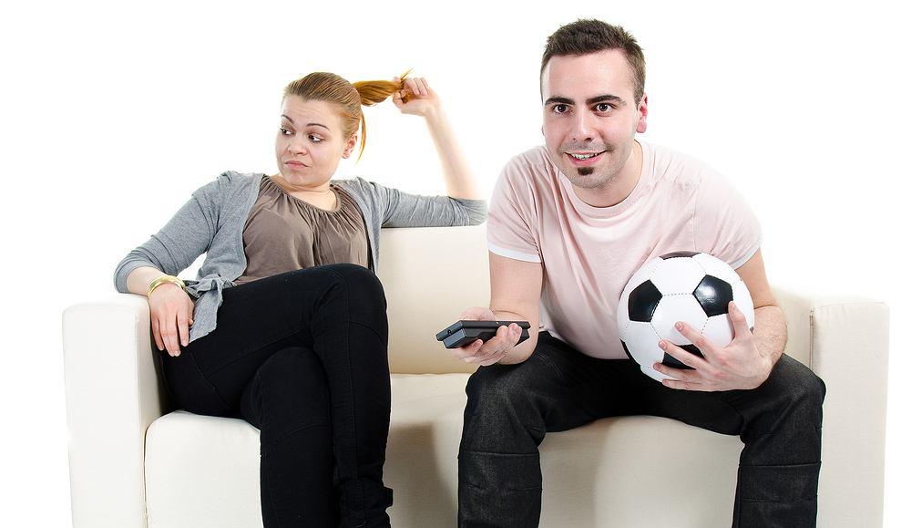 Zarażenie partnerki pasją do piłki nożnej nie jest takie proste.