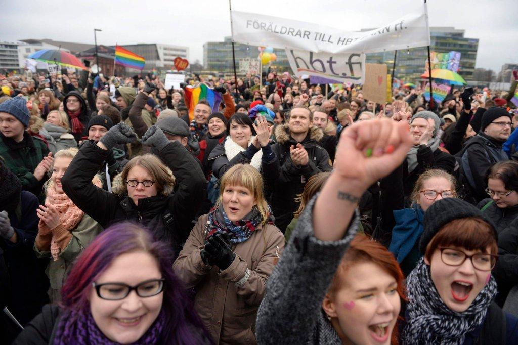 Zwolennicy legalizacji małżeństw jednopłciowych przez budynkiem parlamentu w Helsinkach