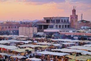 Maroko TOP 10: Marrakesz: Prze�yj noc z tysi�ca i jednej ba�ni na placu D�emaa el-Fna