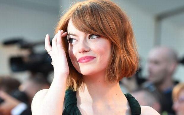 Tak Emma Stone prezentuje si� na czerwonym dywanie. Wcze�niej sfotografowa� j� jednak paparazzo. Wygl�da�a...
