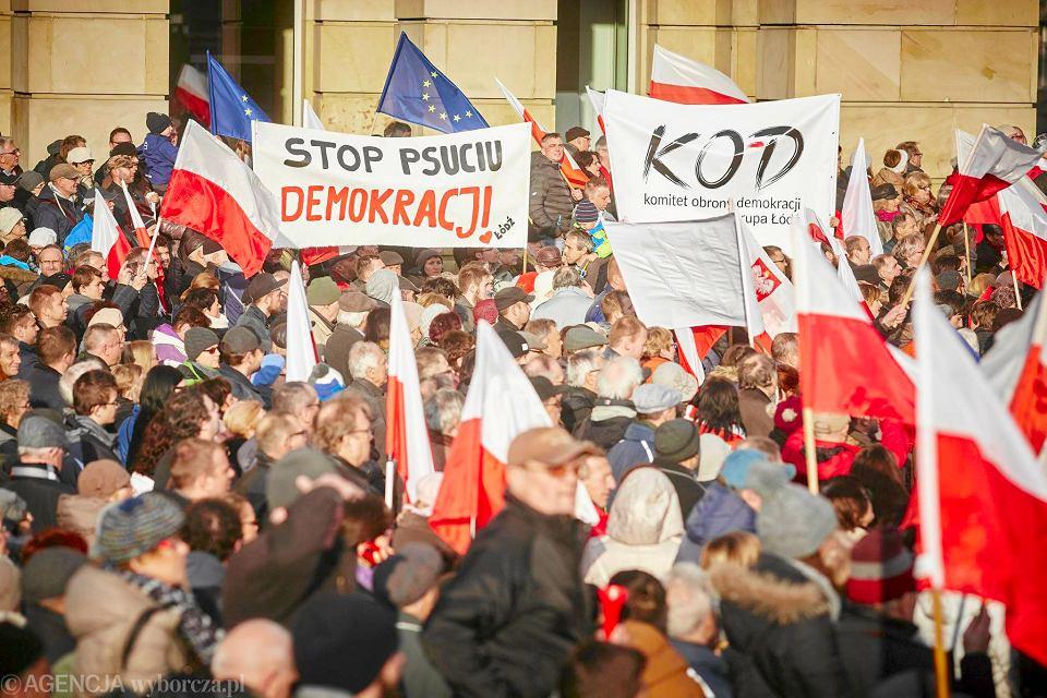 Manifestacja Komitetu Obrony Demokracji w Łodzi [DUŻE ZDJĘCIA]